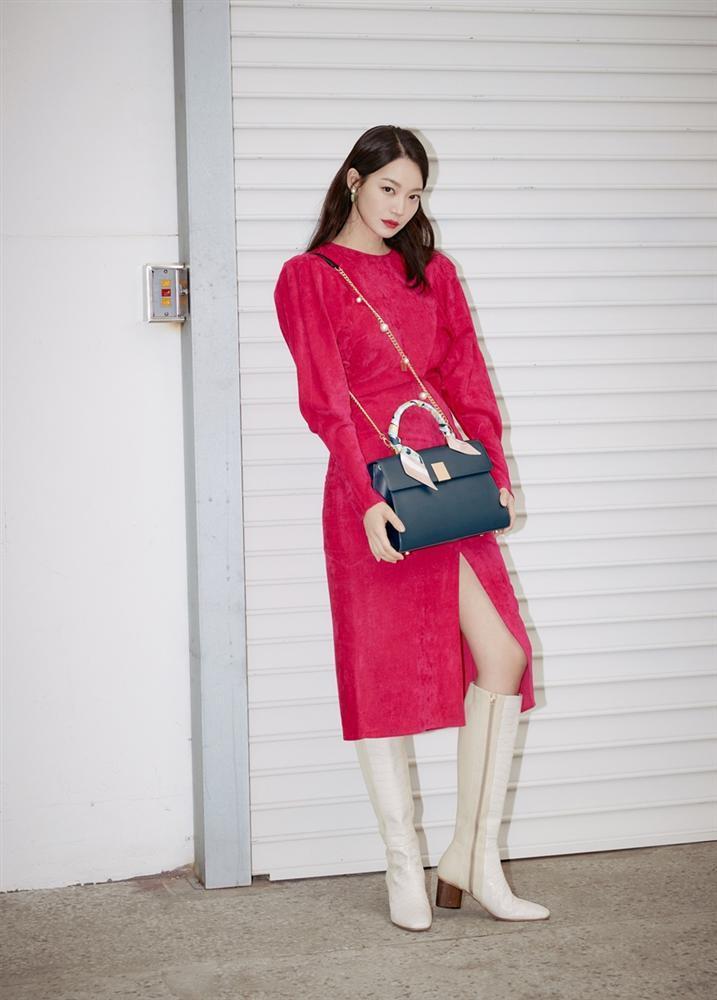Style sao Hàn tuần qua: BLACKPINK Lisa khoe body bỏng mắt, diện áo phông sương sương chục triệu-10