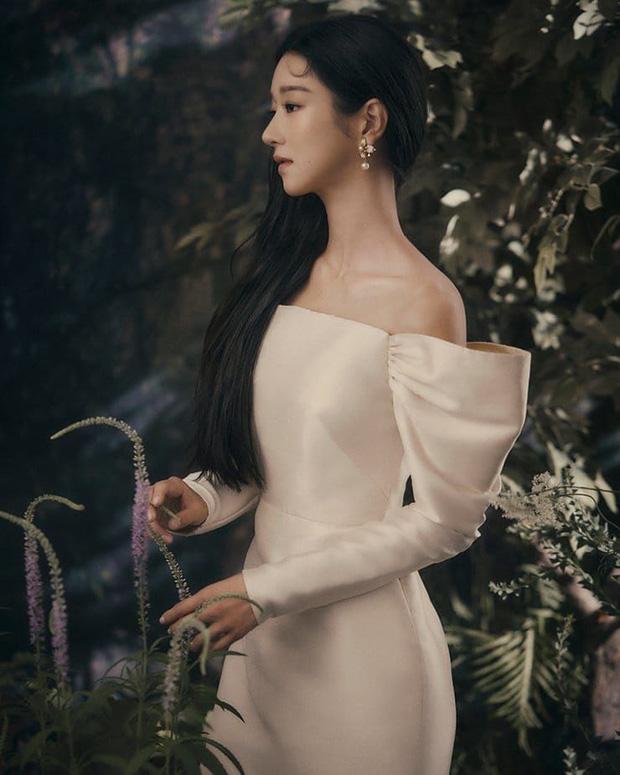 Style sao Hàn tuần qua: BLACKPINK Lisa khoe body bỏng mắt, diện áo phông sương sương chục triệu-11