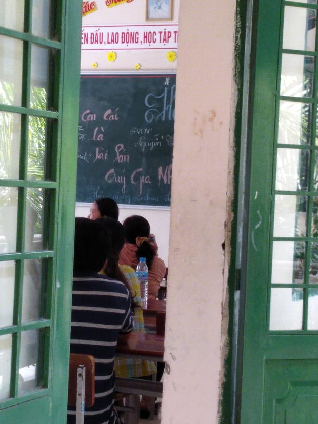 Nhà trường tổ chức họp phụ huynh, một dòng chữ trên bảng khiến cha mẹ khóc thét-1