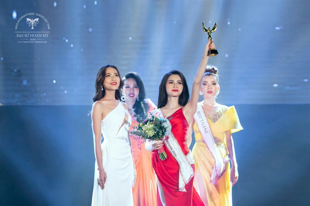 Phùng Trương Trân Đài đăng quang Hoa hậu Chuyển giới Việt Nam 2020-11