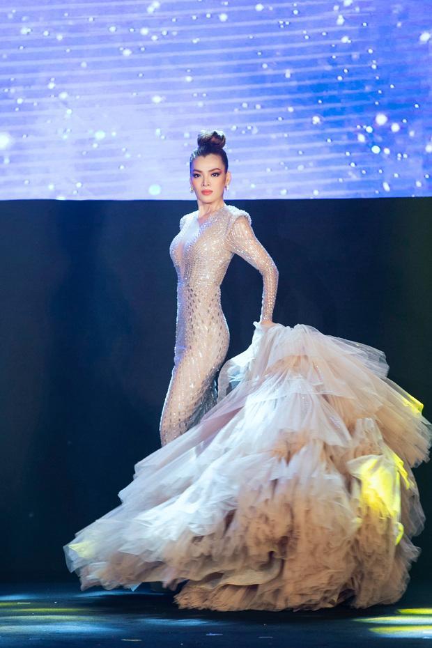 Màn catwalk lột váy của tân Hoa hậu chuyển giới Trân Đài bị bóc học lỏm Á hậu người Mexico-3