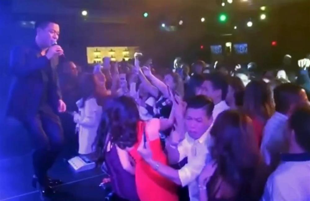 Trên sân khấu Tuấn Hưng hát nắm tay anh, ở dưới fan nữ giật tóc nhau-1