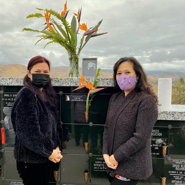 Bà xã Chí Tài lộ đôi mắt sưng húp khi thăm mộ chồng-3