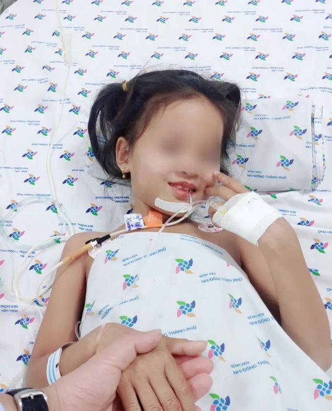 Bé gái ở Cà Mau rối loạn thần kinh hiếm gặp, mất khả năng đi lại, nói chuyện ú ớ-1