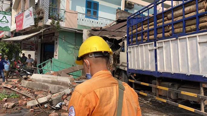 Biên Hòa: 2 xe tải va chạm, lao lên vỉa hè tông vào nhà dân, người nằm la liệt-2