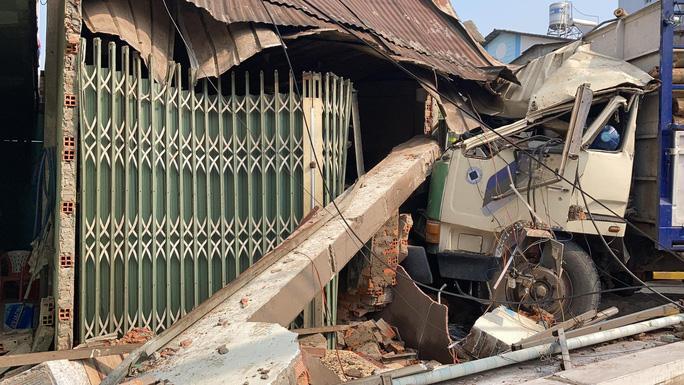 Biên Hòa: 2 xe tải va chạm, lao lên vỉa hè tông vào nhà dân, người nằm la liệt-3