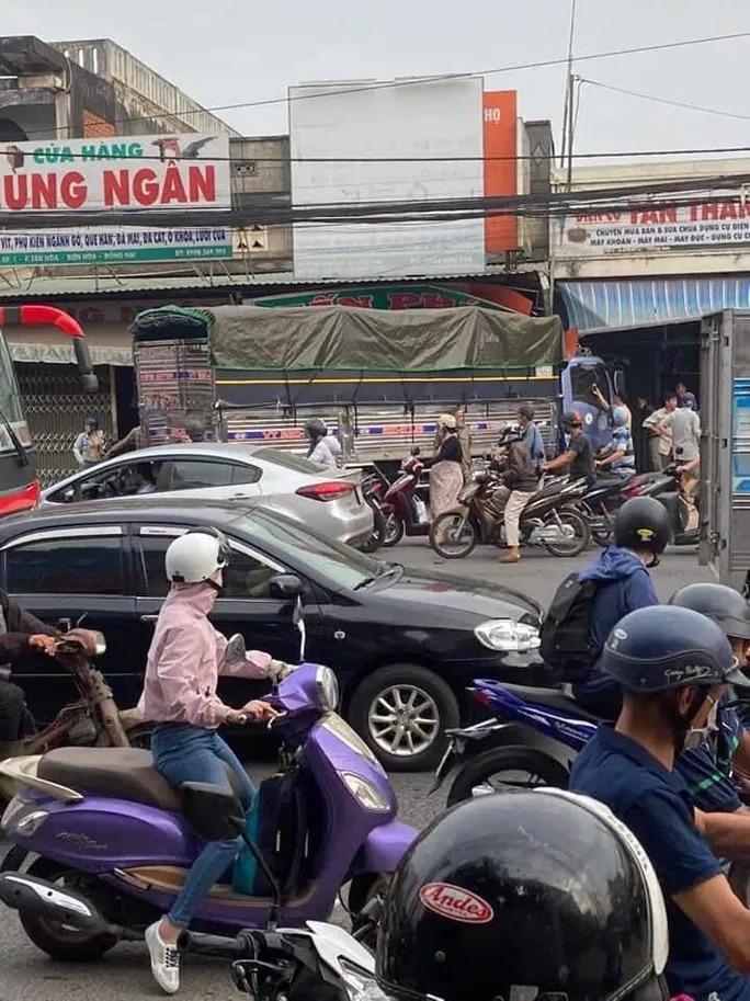 Biên Hòa: 2 xe tải va chạm, lao lên vỉa hè tông vào nhà dân, người nằm la liệt-4