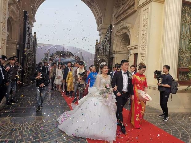 Lộ diện cô dâu chú rể trâm anh thế phiệt trong lâu đài dát vàng: Riêng tiền cỗ 14 tỷ đồng-1