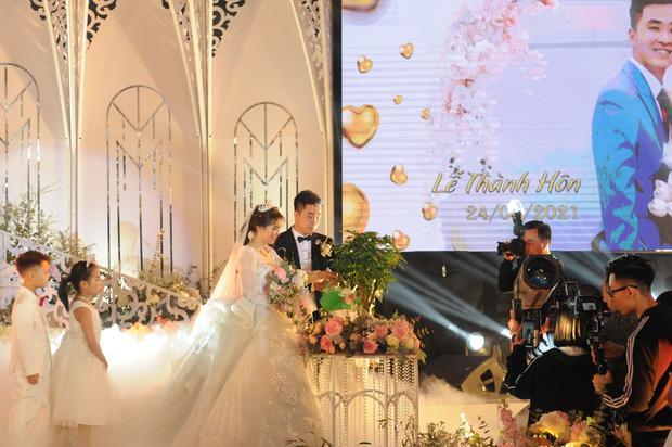 Lộ diện cô dâu chú rể trâm anh thế phiệt trong lâu đài dát vàng: Riêng tiền cỗ 14 tỷ đồng-4