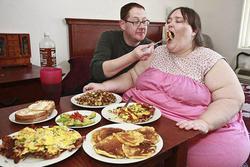 Nặng nửa tấn vẫn được trai giàu mê mệt, cưới về chồng bón cơm vỗ béo cho vợ