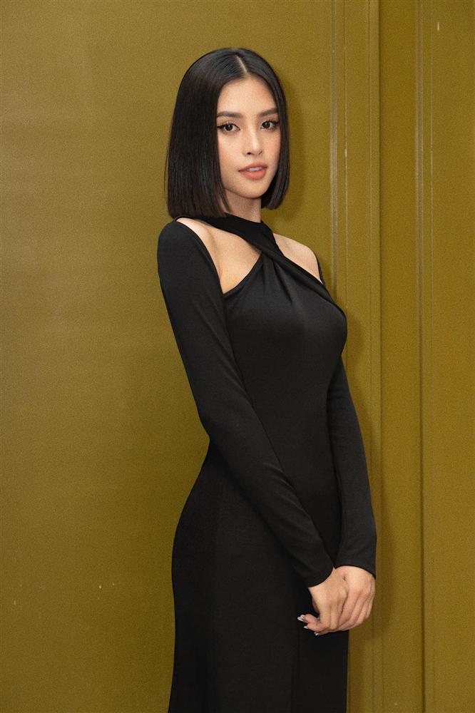 Diện cùng kiểu váy khoét sâu, Hoa hậu Tiểu Vy được khen ăn đứt Hải Tú-1