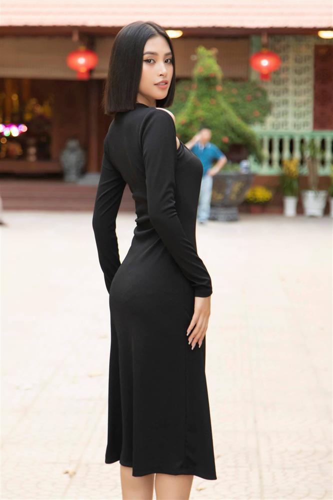 Diện cùng kiểu váy khoét sâu, Hoa hậu Tiểu Vy được khen ăn đứt Hải Tú-4