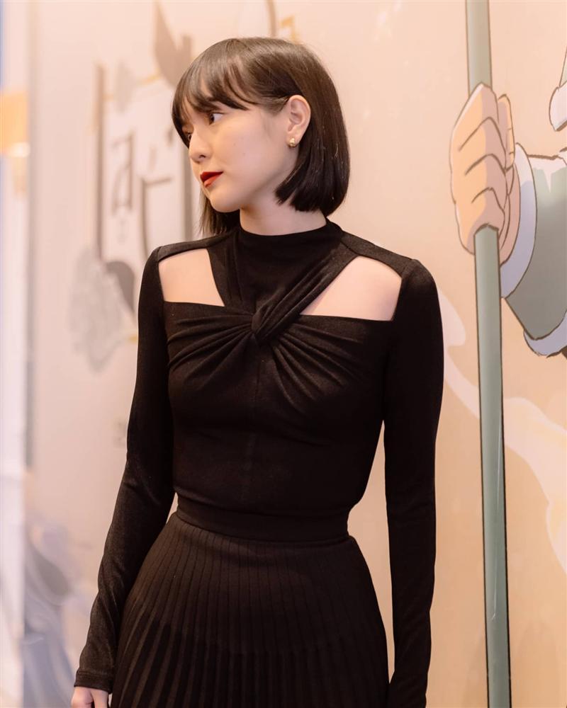 Diện cùng kiểu váy khoét sâu, Hoa hậu Tiểu Vy được khen ăn đứt Hải Tú-5