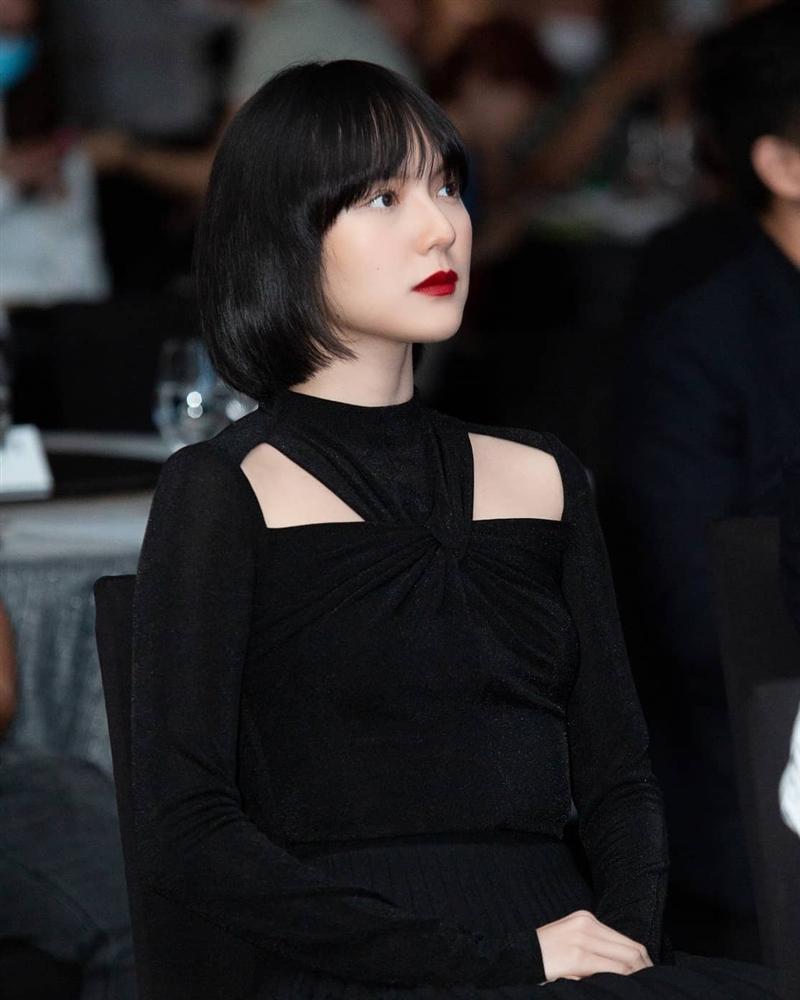 Diện cùng kiểu váy khoét sâu, Hoa hậu Tiểu Vy được khen ăn đứt Hải Tú-6