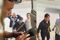 Clip: Vác chổi dọa lột áo, ép tài xế 'nôn đủ' 100k vì tội đỗ xe chắn trước cửa