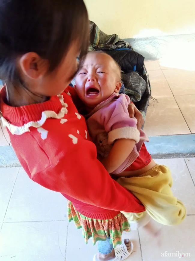 Bé gái lớp 4 ở Lai Châu địu em đến trường, dỗ em đang khóc ngay trong lớp-1