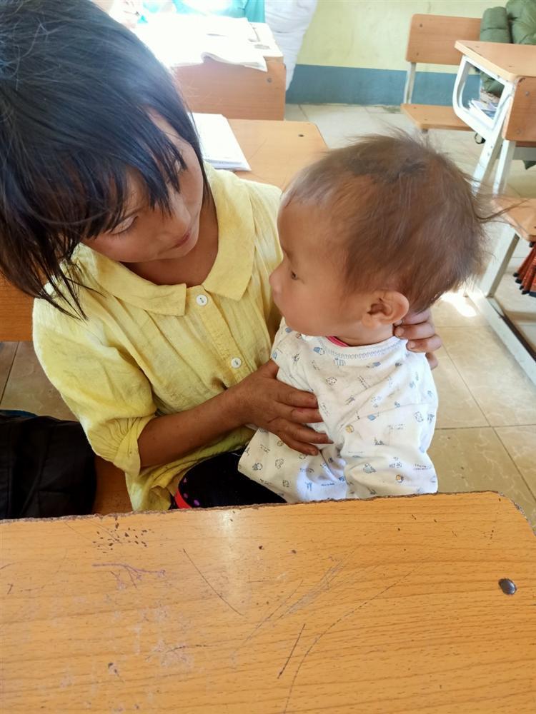 Bé gái lớp 4 ở Lai Châu địu em đến trường, dỗ em đang khóc ngay trong lớp-3