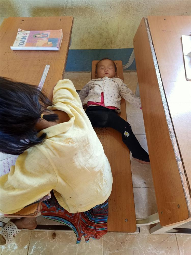 Bé gái lớp 4 ở Lai Châu địu em đến trường, dỗ em đang khóc ngay trong lớp-5