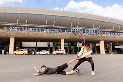 Bộ ảnh 'cầu xin' đi du lịch của 2 anh em gây bão vì pose dáng cực 'lầy lội'