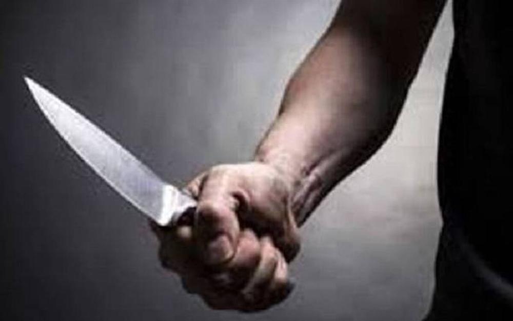 Thấy vợ bị bắt, chồng cầm dao nhọn lao vào đâm công an giải cứu vợ-1