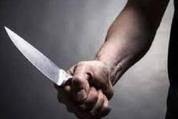 Thấy vợ bị bắt, chồng cầm dao nhọn lao vào đâm công an giải cứu vợ