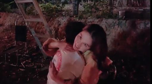 Ngọc Trinh tiếp tục hôn bé trai 8 tuổi, khéo léo hơn để tránh gạch đá-5