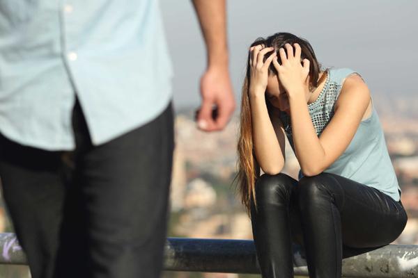 Cám cảnh vợ đi khám bệnh, chồng gọi về trông con để còn bận đi... ngoại tình