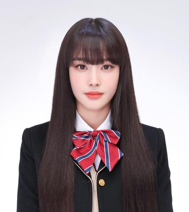 Ảnh thẻ của tân binh để tóc mái đẹp nhất Kpop chỉ sau Lisa (BLACKPINK)-1