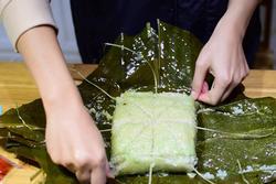 Gái đoảng học ngay 'skill' bóc bánh chưng 'kinh điển' chấp hết 3 ngày Tết vào bếp