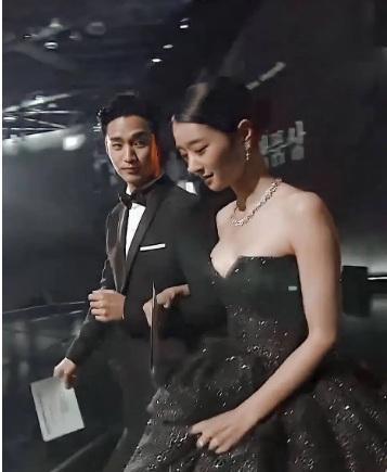 Đụng hàng bộ đầm hơn 130 triệu với ngọc nữ Cbiz, Seo Ye Ji không ngại xén luôn một chi tiết-6