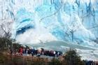 Đám đông du khách chiêm ngưỡng cảnh tượng băng đổ sụp