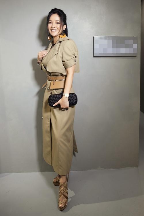 Diva Hồng Nhung lăng-xê mốt lộ nội y - HHen Niê cá tính với set đồ caro trendy-3