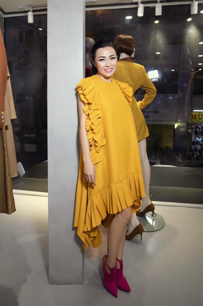 Diva Hồng Nhung lăng-xê mốt lộ nội y - HHen Niê cá tính với set đồ caro trendy-6