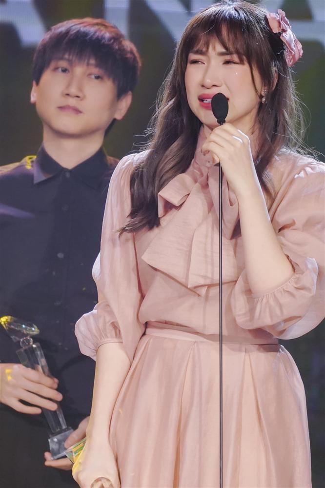 Hòa Minzy nhận giải khóc nức nở, Pha Lê bị ném đá với bình luận kém duyên-2