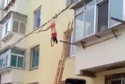Mặc nội y đứng lau kính cửa sổ, người phụ nữ gặp tai nạn 'nhớ đời'