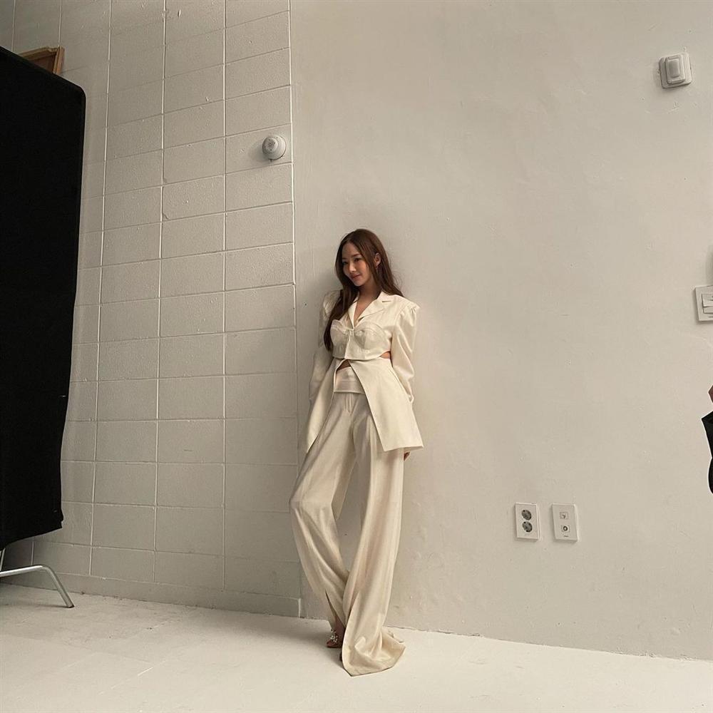 Style sao Hàn tuần qua: Park Min Young, BLACKPINK Lisa hack dáng đỉnh cao với quần suông-2