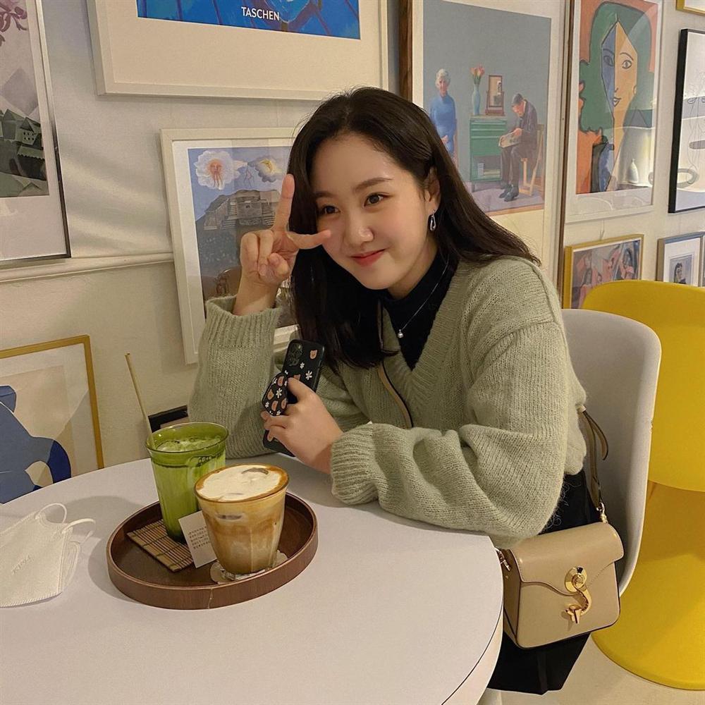 Style sao Hàn tuần qua: Park Min Young, BLACKPINK Lisa hack dáng đỉnh cao với quần suông-6