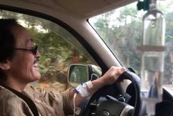 Nghệ sĩ Giang Còi gây hoang mang với clip vừa truyền nước vừa lái xe