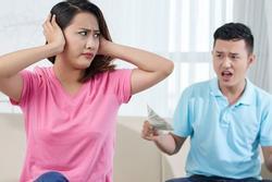 Giục chồng biếu quà Tết bố mẹ, anh ném chiếc phong bì, số tiền bên trong làm tôi sốc nặng