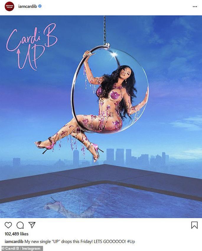 Nữ rapper Cardi B dán sticker làm trang phục mặc như không-1