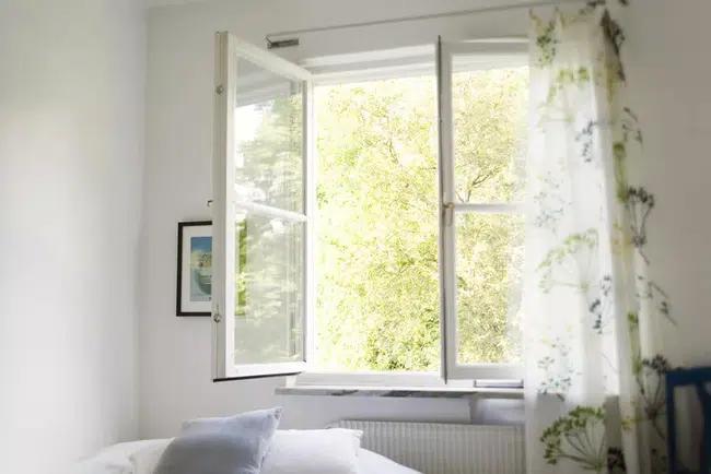 Tại sao bạn không nên đặt giường dưới cửa sổ, đặc biệt là phụ nữ?-1