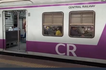 Ga tàu phục vụ 8 triệu hành khách mỗi ngày hoạt động trở lại