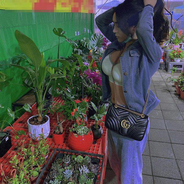 Đi chợ hoa Tết, cô gái diện trang phục hở hang khoe vòng 1 ngồn ngộn làm ai cũng sốc-2