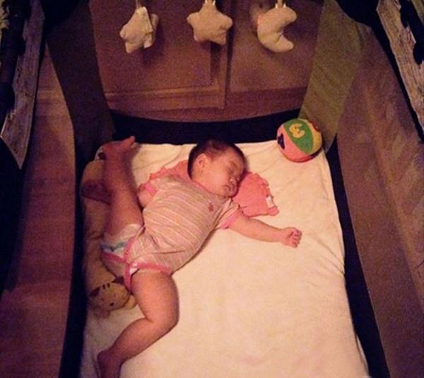 1001 kiểu ngủ đáng yêu của lũ trẻ khiến cha mẹ phải thốt lên: Chẳng bù cho lúc quậy phá-5