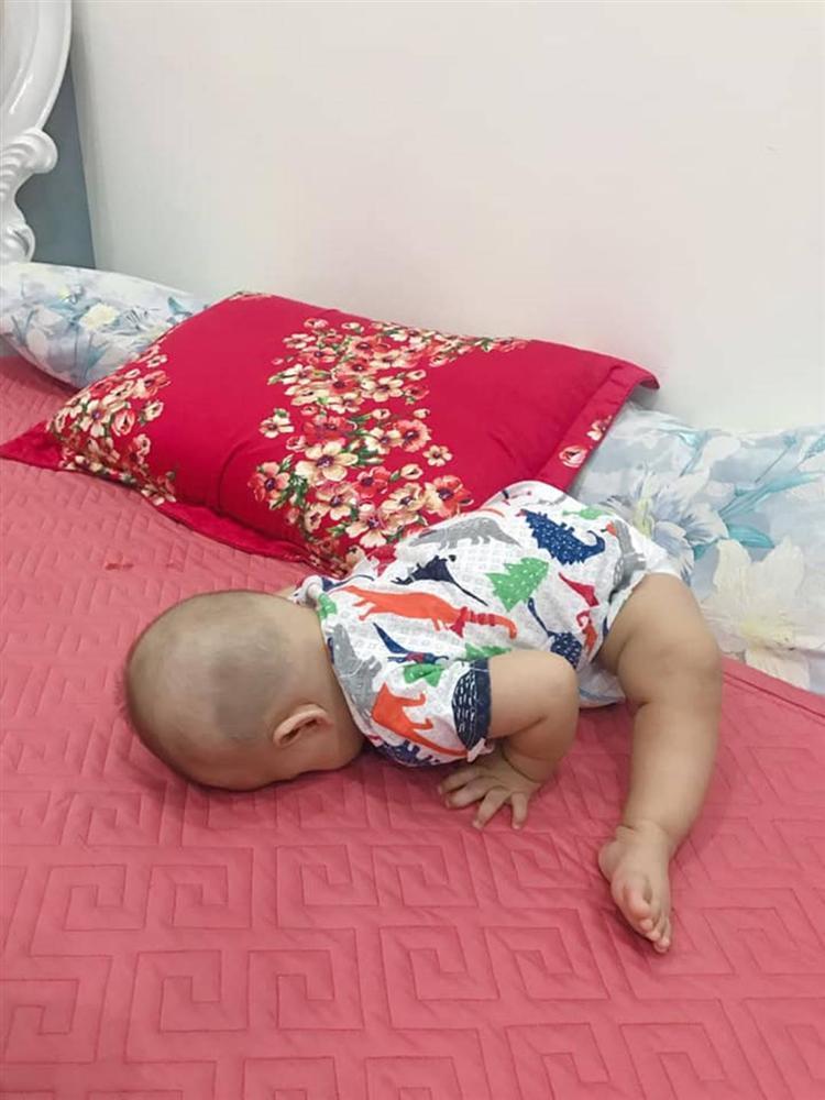 1001 kiểu ngủ đáng yêu của lũ trẻ khiến cha mẹ phải thốt lên: Chẳng bù cho lúc quậy phá-9