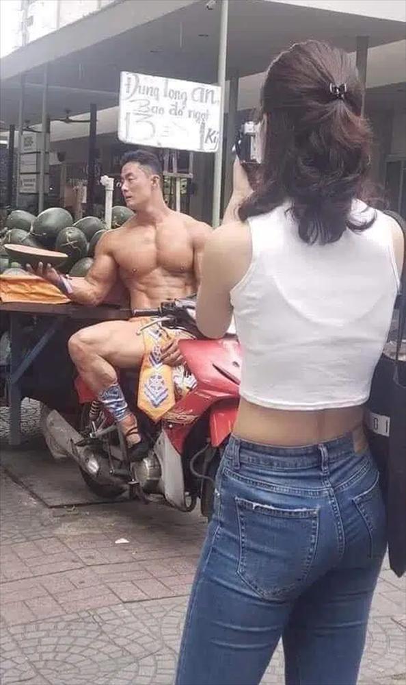 Xôn xao thanh niên bán nude khoe body 6 múi đứng bán dưa ở Sài Gòn-2