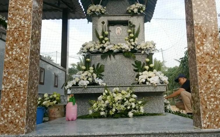 2 con Vân Quang Long cầm giấy khen đứng trước bàn thờ bố-5
