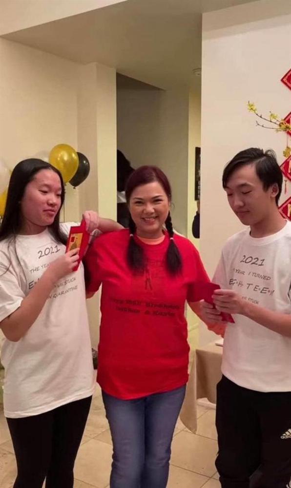 Ca sĩ Phương Loan hiếm hoi xuất hiện tươi tắn bên người thân sau gần 3 tháng NS Chí Tài qua đời-2