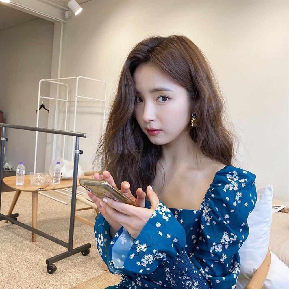 Style sao Hàn tuần qua: Son Ye Jin nữ tính bất ngờ, Lee Da Hee khoe dáng đẳng cấp-12