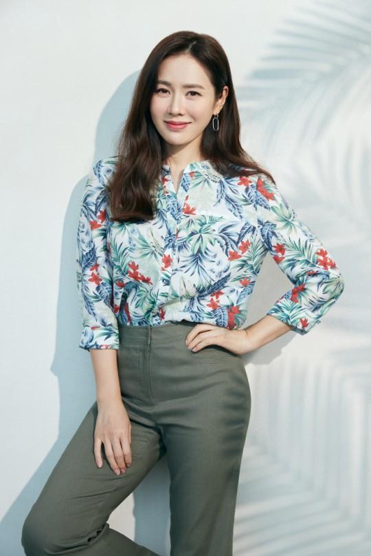 Style sao Hàn tuần qua: Son Ye Jin nữ tính bất ngờ, Lee Da Hee khoe dáng đẳng cấp-2